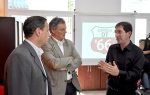 El Ministro Cabrera (centro) dialoga con Norberto Andrizzi (derecha) socio de Reporte Informativo