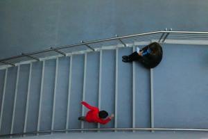 Usina Mujer y Niño Leyendo Escalera