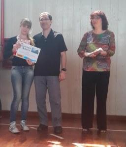 Mención del Jurado: Sol Casella (6to año, 1era división). Entrega el premio el Sr. Norberto Andrizzi, Socio de Reporte Informativo, Cámara de Empresas del Distrito Tecnológico de la Ciudad de Buenos Aires